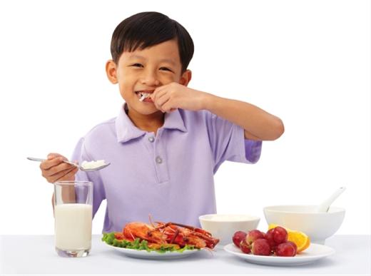 Cha mẹ cần biết về chế độ ăn uống của trẻ lứa tuổi tiểu học