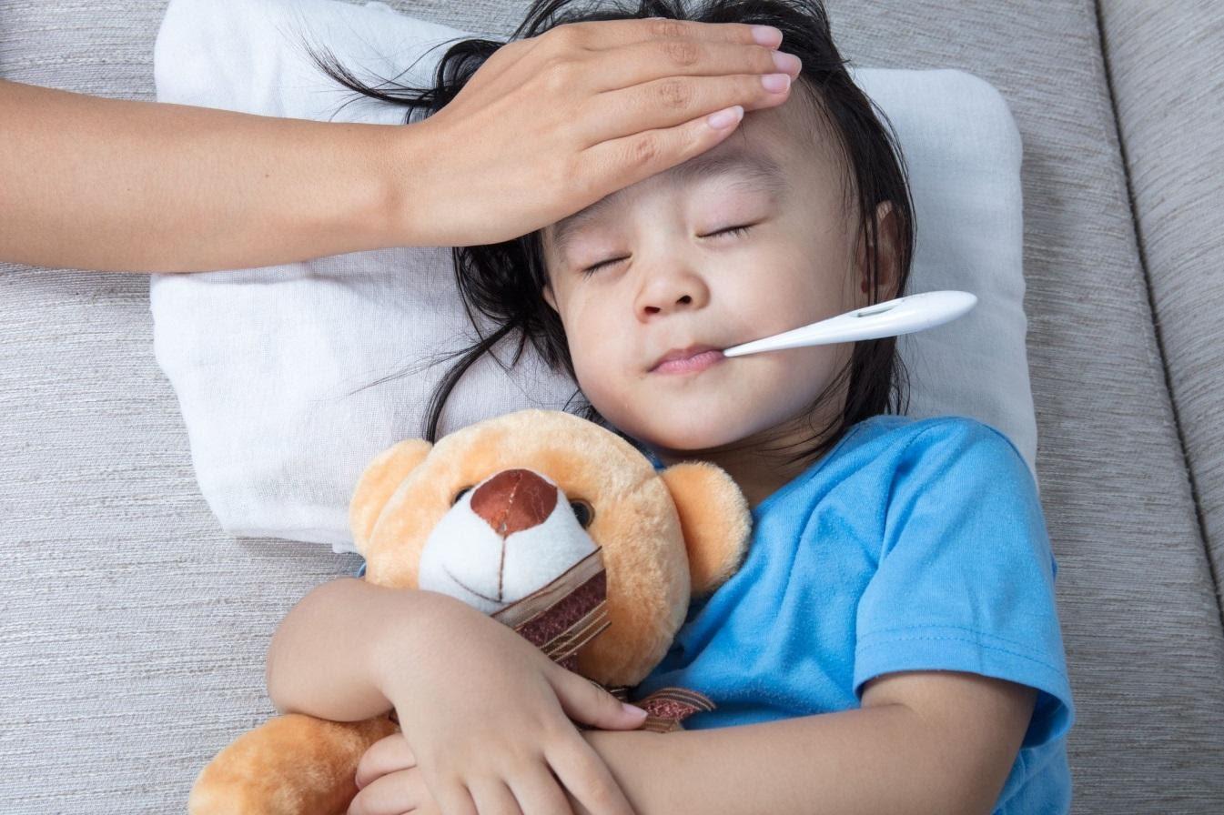 Thời tiết thay đổi trẻ dễ bị bệnh do sức đề kháng kém (Ảnh minh họa)